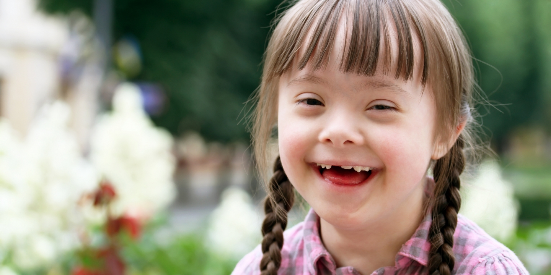 Pige med Downs der griner